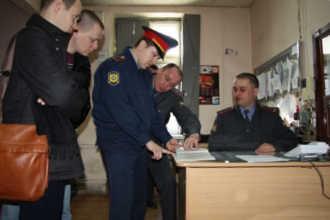 Полицейские принимают заявление у граждан