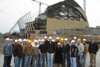 Фото на фоне строящегося здания