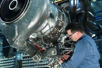 Авиационный инженер возле двигателя