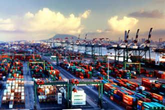 Склад контейнеров и краны в порту