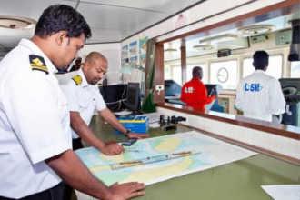 Моряки изучают карту на работе