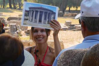 Гид показывает картинку туристам