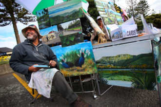 Художник продает свои картины