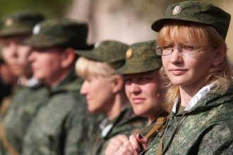 Девушки в военной форме на построении