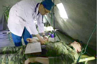 Военный врач работает в полевых условиях