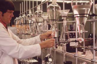 Химик работает с пробирками