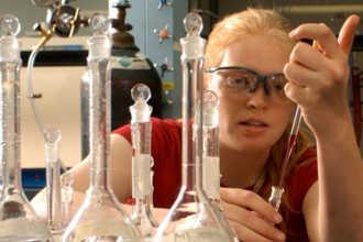 Химик ставит опыт в лаборатории