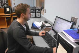 Мужчина занимается информатикой за компьютером