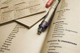 Ручка и словарь для перевода