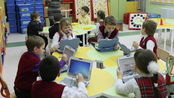 Дети изучают компьютерные программы благодаря закону о дополнительном образовании