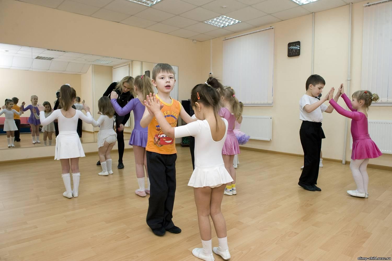 Дети на уроке бальных танцев