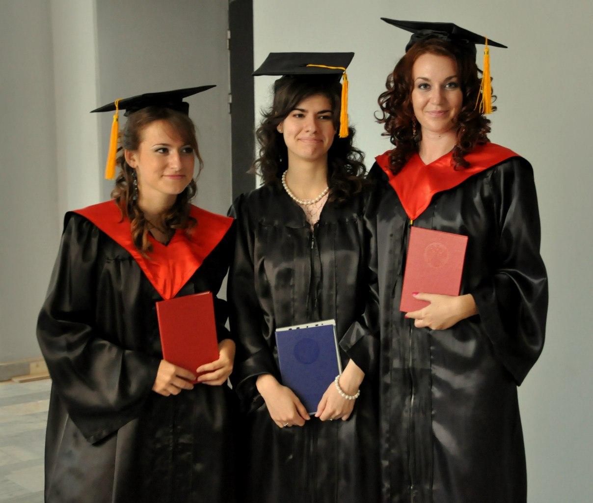 Выпускницы-магистры с дипломами