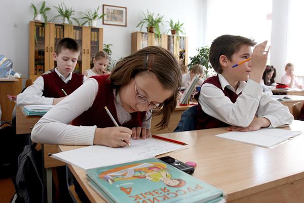 Ученики начальной школы на уроке