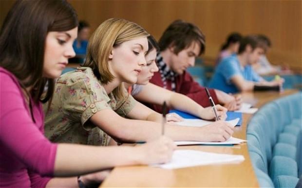 Студенты российского вуза пишут конспект