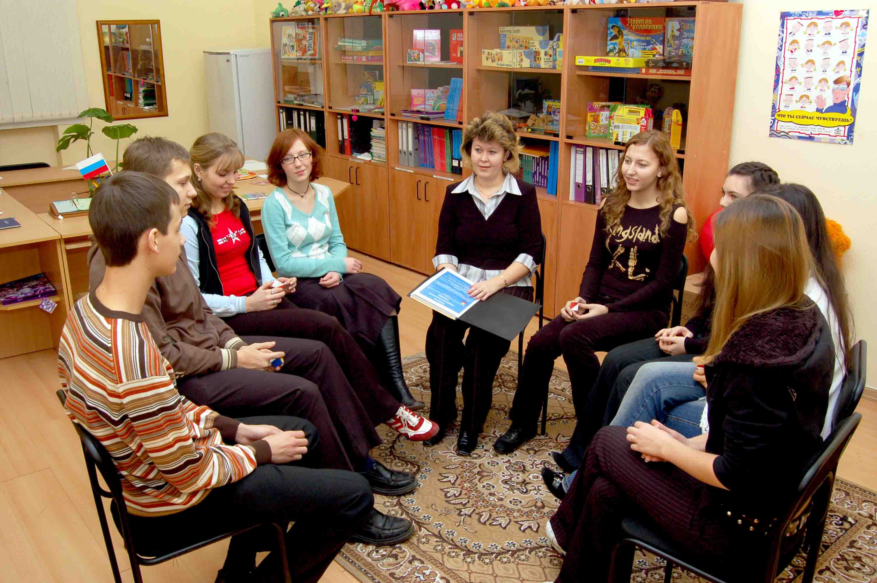 Школьный психолог занимается со старшеклассниками