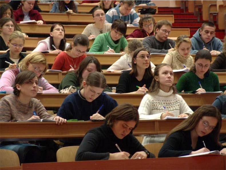 Студенты российского вуза в аудитории на лекции