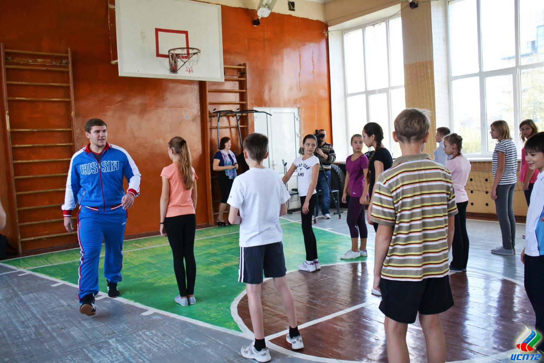 Школьники средних классов на уроке физкультуры