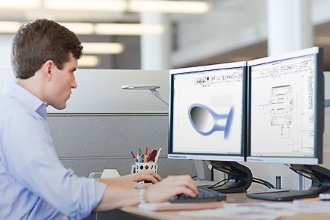 Молодой человек разрабатывает компьютерную программу