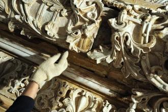 Процесс реставрации сложных элементов фасада здания