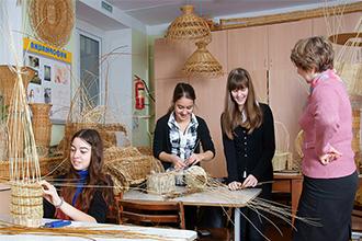 Преподаватель уроков декоративно-прикладного искусства и ученицы