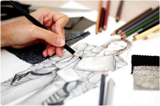 Дизайнер рисует набросок