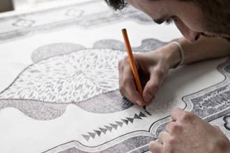 Художник графики создает орнамент