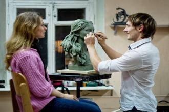 Скульптор  лепит портрет девушки