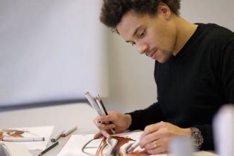 Молодой художник рисует