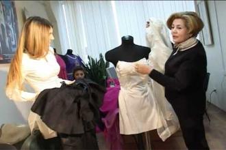 Женщины готовят костюмы к выставке