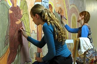 Девушки разрисовывают стену