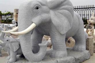 Скульптура, изображающая слона и слоненка