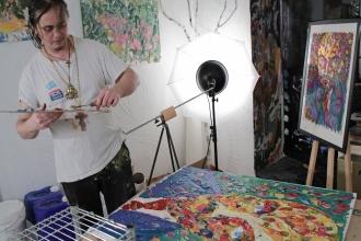 Современный художник рисует картину