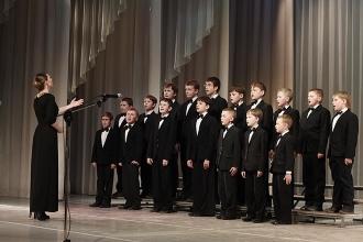 Девушка дирижирует детским хором