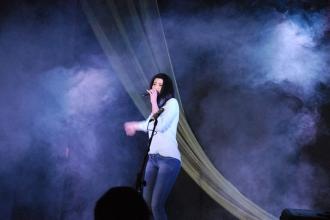 Девушка поет на сцене