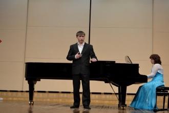 Мужчина поет под аккомпанемент рояля