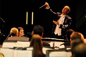 Дирижер управляет оркестром