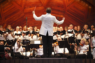 Выступление оркестра под руководством дирижера