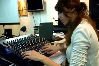 Девушка за пультом звукорежиссера