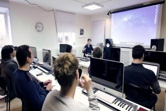 Студенты на занятиях по звукорежиссуре