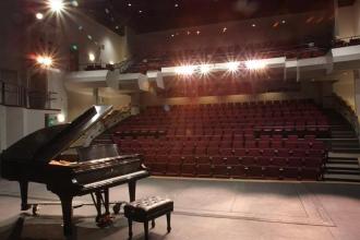 Рояль стоит на сцене