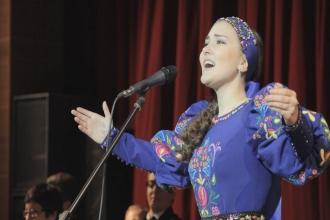 Девушка поет народную песню