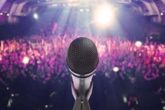 Микрофон и зрительный зал