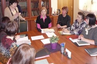 Группа женщин сидит за столом