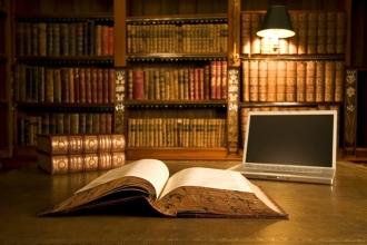 Книга и ноутбук на столе