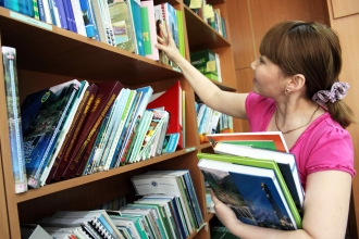 Девушка выбирает книги