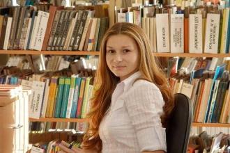 Девушка-библиотекарь