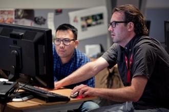 Мужчины работают за компьютером