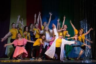Танцевальный ансамбль после выступления