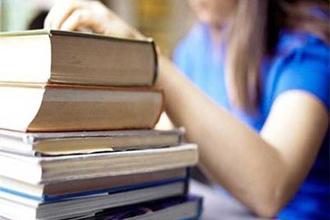 Выпускник сдает книги в библиотеку