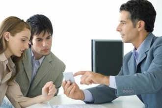 Страховой агент общается с клиентами